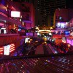 タイにはあんな姿で踊る人たちを見ながら飲めるバーがあるらしい