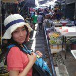 線路ギリギリの市場に行ったらおばちゃんの団体に囲まれちゃった!